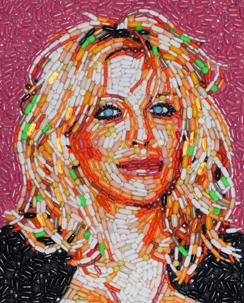 Retrato de Courtney Love com pílulas