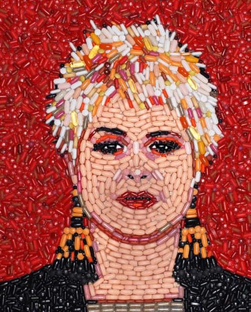 Retrato de Kelly Osbourne com pílulas