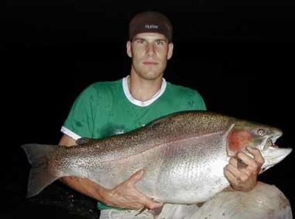 Canadense pesca truta arco íris de quase 22 quilos