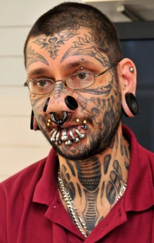 Tatuador e jovem chegam a um acordo no caso da tatuagem das 56 estrelas