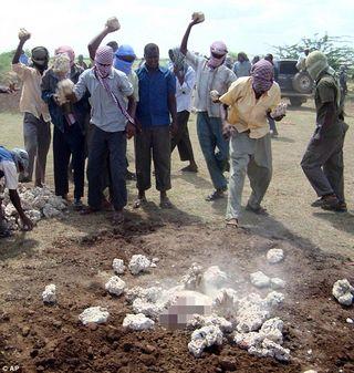 Homem é apedrejado na Somália até a morte por adultério
