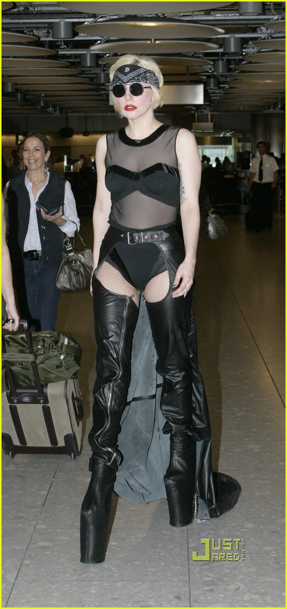 Lady Gaga muito estranha e com roupa esquisita