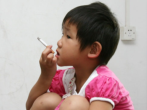 Garota de 3 anos fumando