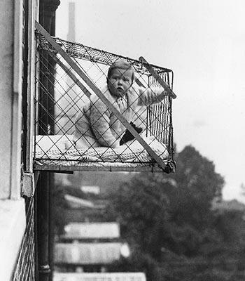 Bebê na janela, um estranho costume