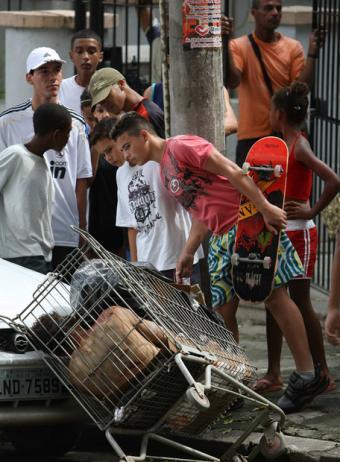 Um repórter espanhol entra na favela do morro dos macacos