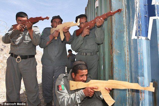 Pol�cia com armas de madeira