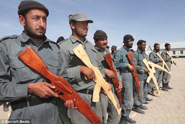 Polícia com armas de madeira