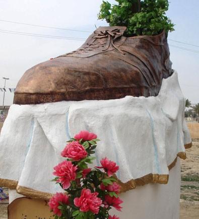 Monumento no Iraque em homenagem ao jornalista da sapatada