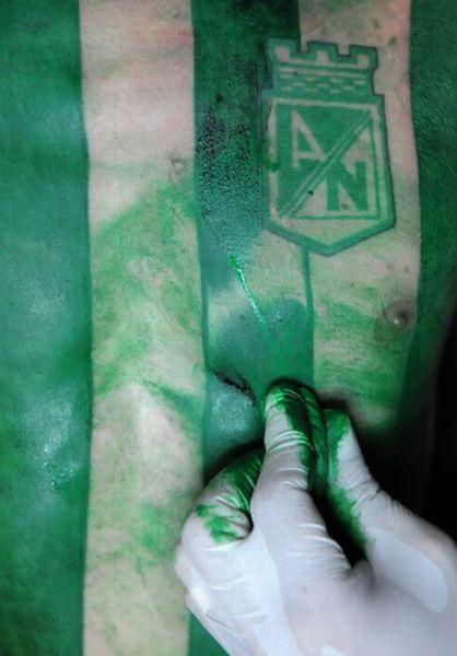Fanatismo: torcedor tatua camisa do time em tamanho real 03