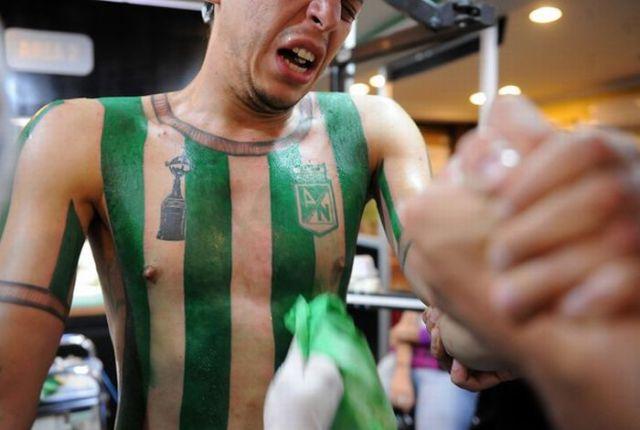 Fanatismo: torcedor tatua camisa do time em tamanho real 04
