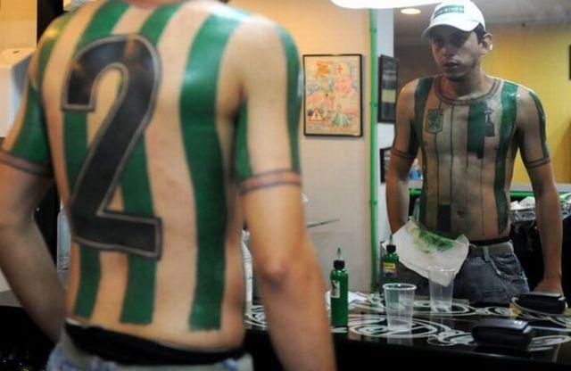 Fanatismo: torcedor tatua camisa do time em tamanho real 06