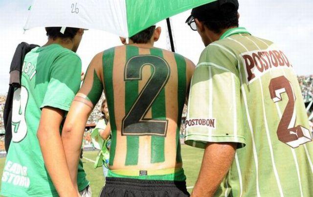 Fanatismo: torcedor tatua camisa do time em tamanho real 08