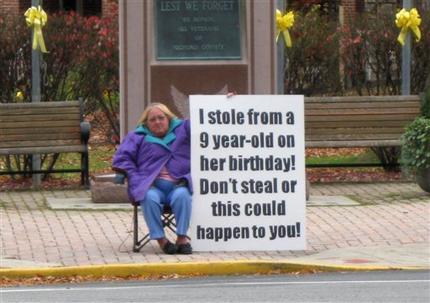 Mãe e filha são forçadas a mostrar cartaz admitindo ser ladras
