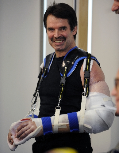 Primeiras fotos do homem que fez o transplante de dois bra�os