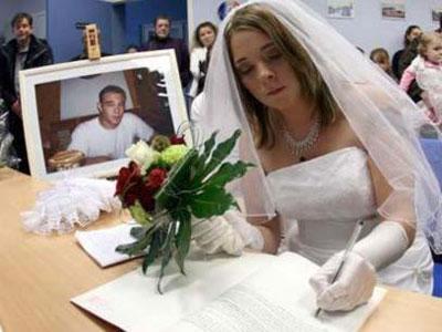 Francesa casa-se com seu noivo... morto