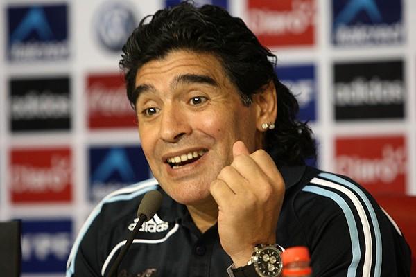 Maradona é suspenso por 2 meses por insultar jornalistas