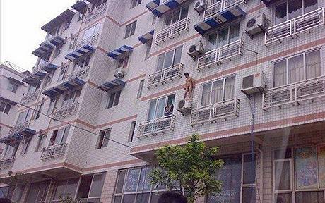 Ricardão chinês foge pela janela e é fotografado nu em cima do ar condicionado