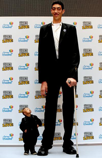 Guinness promove o encontro do mais alto e do menor homem do mundo