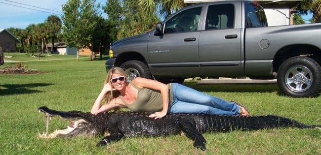 Mulher exibe crocodilo de 3,5m abatido com uma besta