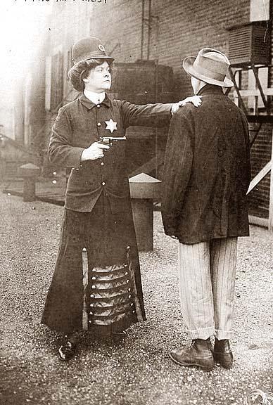 Fotografia conceitual de uma policial em 1908
