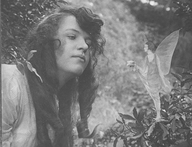 Fotografam a Sininho em jardim inglês