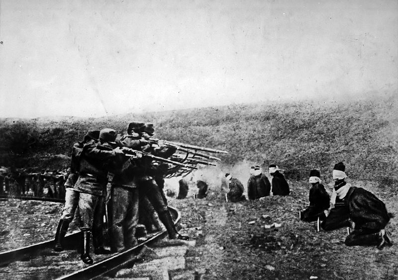Austríacos executando Sérvios